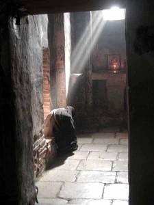 Монах під час молитви