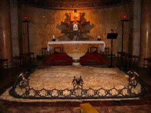 На цій скелі Ісус Христос здійснив Моління про чашу. За скелею розташований вівтар храму